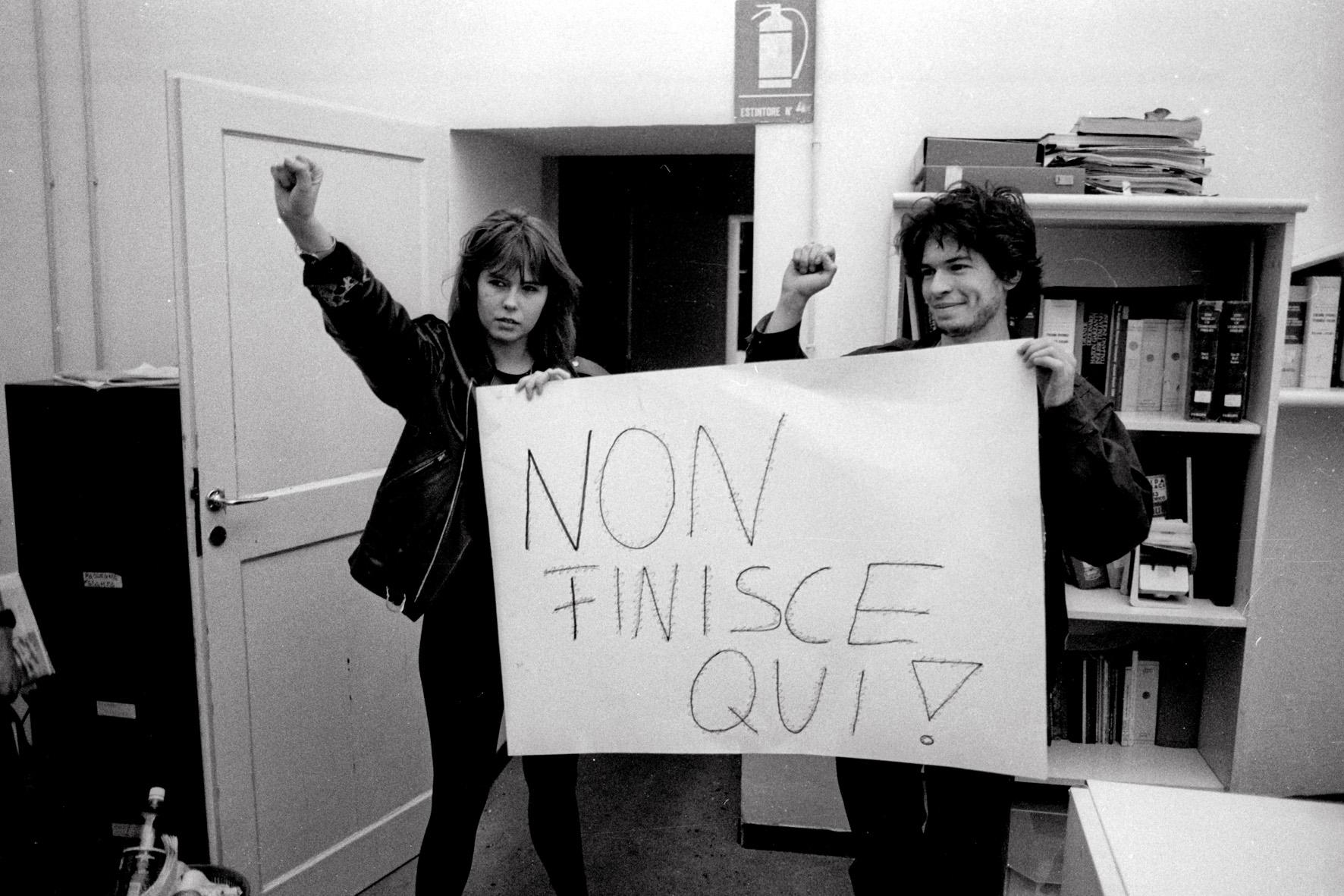 Gli studenti abbandonano il locali del loro ufficio stampa